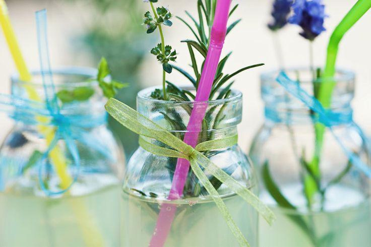 Bij een zomerpicknick hoort natuurlijk een verfrissend drankje. Limonade is eenvoudig zelf te maken en lekker tegen de dorst. Geef je limonade een extra detail met een leuk (zelfgekozen) kruidentakje. Ingrediënten - 4 citroenen - Suiker (of verse Stevia, als natuurlijk zoetmiddel) - 1 liter water -Kruidentakjes (bijvoorbeeld lavendel, rozemarijn of munt, of experimenteer met…