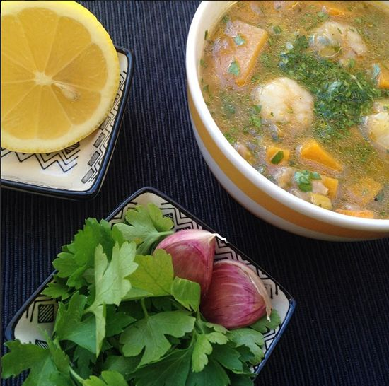 Sopa de verduras, arroz integral y langostinos, de El Comidista