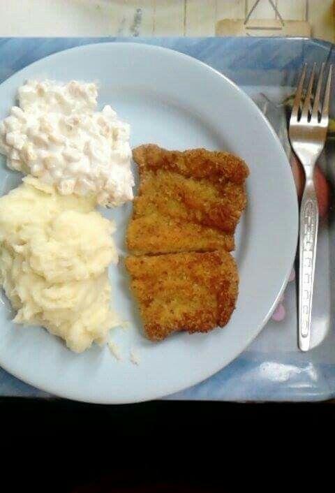 Rántott hal krumplipürével és kukoricasalátával