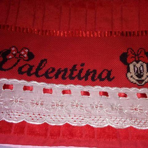 Toalhinha bordada em ponto cruz com fita mimosa e broderi. R$17.00 #PontoCruz #bebe #enxovaldebebe #babygirl #FeitoaMao #vermelho #princesa #MundoRosa #baby #bordadospersonalizados #valentina #minie