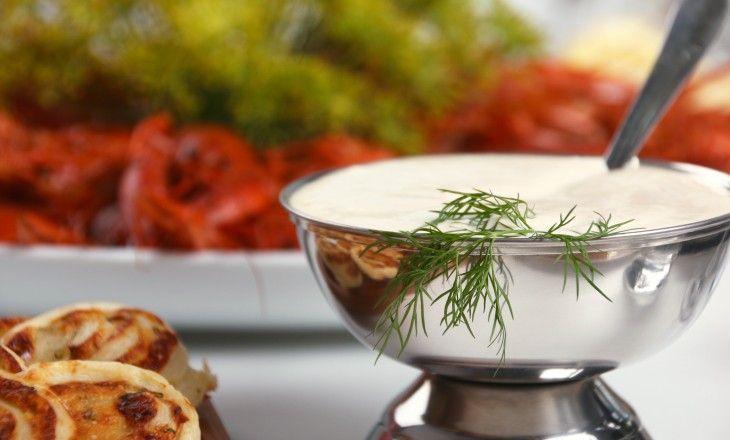Vitlökssås till fisksoppa, fisk eller kräftor och andra skaldjur men även god till grönsaker och grillat. En enkel, himla god liten majodipp med andra ord.