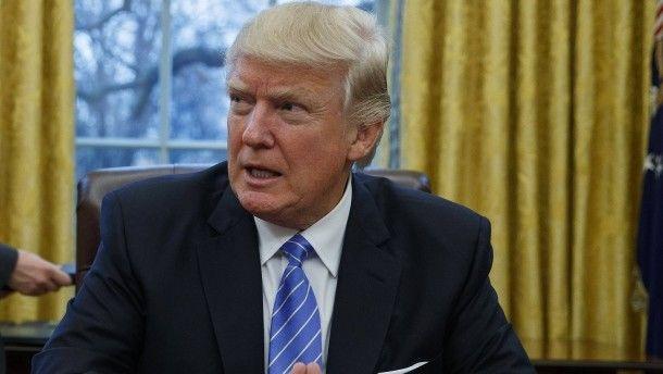 """""""Zwei für Eins""""-Modell Trumps Feldzug gegen die Bürokratie Mit dem """"Zwei für Eins""""-Modell will Amerikas Präsident Donald Trump zu hoher staatlicher Regulierung entgegenwirken. Er verfügte, dass Behörden für jede neue Regel zwei alte fallen lassen müssen. Drei Viertel aller Vorschriften sollen so abgeschafft werden."""