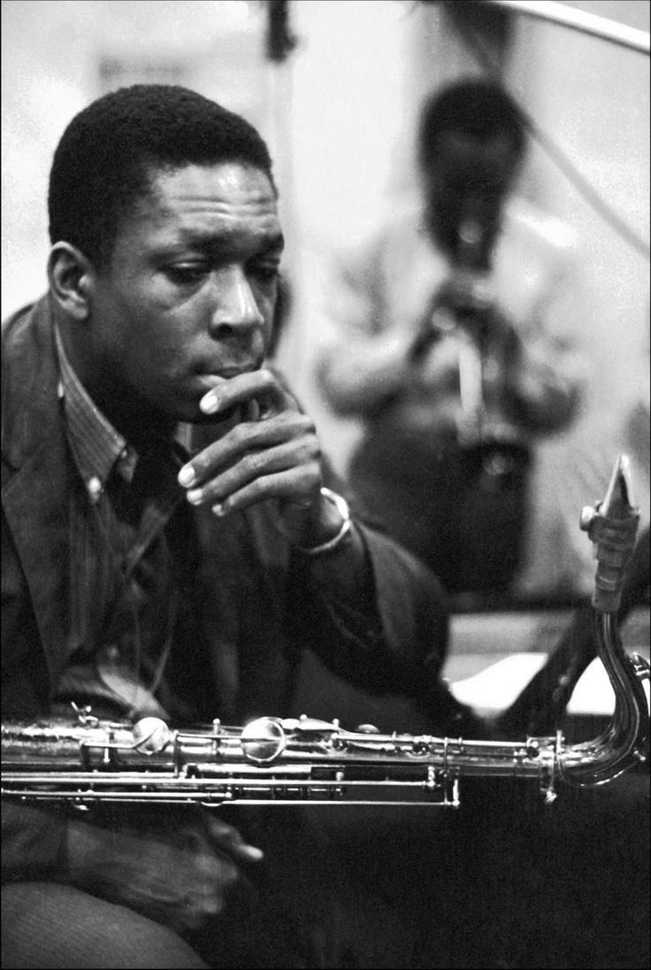 John Coltrane (Kind Of Blue recordings session, 1959) Sullo sfondo: Miles Davis