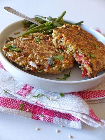 Manger sans gluten et sur le pouce, voilà un beau challenge ! D'autant plus si l'on souhaite un en-cas savoureux et nourrissant... Rapides à confectionner, les galettes de quinoa constituent la base idéale d'un en-cas sain ou d'un repas végétarien.