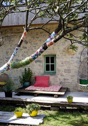 Cocoon terrace / une terrasse cocoon, arbres enrobés de tissus | More photos http://petitlien.fr/maisonblogueuse