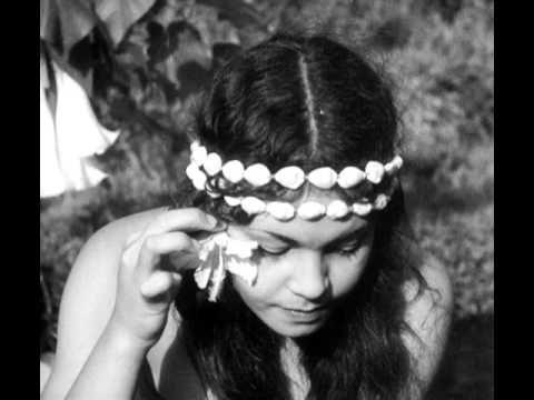 """""""Tabu: A Story of the South Seas"""" Murnau and Flaherty. 1931. Comenzó siendo un proyecto codirigido por Murnau y el documentalista Robert Flaherty, que ya había rodado dos películas anteriores ambientadas en los Mares del Sur: Moana (1926), rodada en Samoa, y Sombras blancas de los Mares del Sur, en Tahití. Flaherty, sin embargo, se retiró de la producción por no estar de acuerdo con las exigencias de la productora, la Paramount, que pretendía que los protagnistas fueran estrellas de…"""