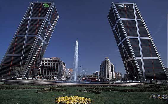În centrul Madridului, în Plaza de Castilla, se află 4 zgârie-nori cu înălțimi cuprinse între 250 și 236 metri.  Oferte în capitala Spaniei găsiți pe site: http://www.eurekareisen.ro/pachete-tematice/city-break/117-city-break-madrid-individual