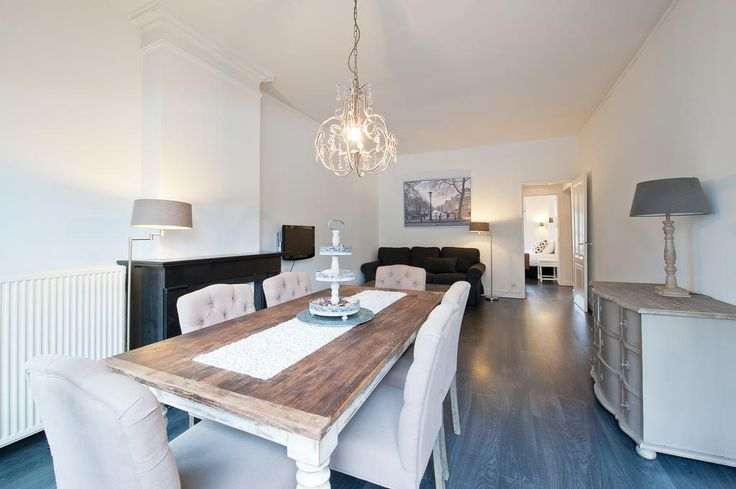 Rozengracht Apartment Suites by Short Stay Group - The apartment is located on the edge of the Jordaan neighbourhood. A popular area with many small streets, small canals, galeries, restaurants and cafés. Also very close to the 9 straatjes. Nine little streets that cross the main Amsterdam canals. The 9 straatjes are fantastic for shopping and having great lunches. Public transportation is right in front of the apartment, the tram will take you directly to Central station in just a few…