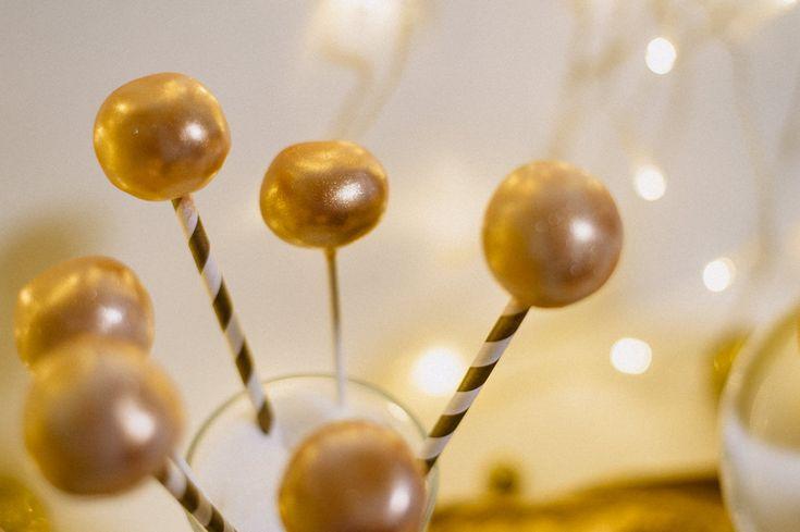 """""""Have a golden new year!"""" - Champagner Rosé Cakepops mit Glitzer Gold und ein goldener Sweet Table für die Silvester Party - Zuckermoment"""