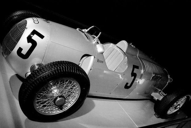Ao fazer isso, Porsche tornou-se o homem certo na hora certa. As fábricas alemãs Audi, DKW, Horch e Wanderer uniram-se sob o nome Auto Union para encarar a crise mundial. Nessa mesma época, o recém-indicado chanceler da Alemanha, Adolf Hitler, ofereceu 500 mil Reichmarks à Mercedes-Benz para o desenvolvimento de um carro de corrida. Os Grandes Prêmios estavam em alta, e vencer corridas era uma forma de demonstrar a superioridade tecnológica de um país.