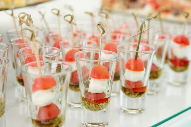 ¿Creías que los vasitos de vidrio tipo shot solo servían para tomarse un chupito de tequila? ¡Error!Desde hace ya varios años la gastronomía moderna los incorporó como un recipiente más, utilizado para la presentación de todo tipo de recetas. Entradas y postres, sabores dulces y salados: todos son bienvenidos