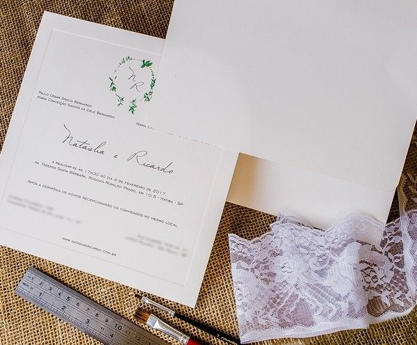 Além do próprio vestido de noiva, Natasha fez também o MONOGRAMA com eucaliptos, que compôs toda a identidade visual do casamento! O CONVITE ficou por conta da @papeleestilo.💌💌💌Vem ver mais da festa ao ar livre, que aconteceu na @fazendasantabarbara: www.constancezahn.com🖥️#wedding #casamento #convitedecasamento