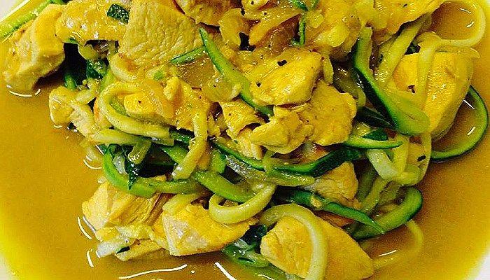 Rezept für Hähnchen Kokos Curry mit Zucchininudeln mit Kokosmilch, Curry, Kurkuma, Hähnchen und Zucchini