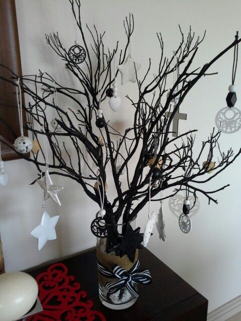 My black and white Christmastree ..... I wanted something different. Sprayed some dry branches with black paint. Raided the local craft shop for diy decorations.