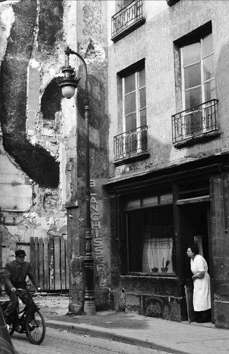 Inge Morath - Le Marais, Paris 1957. S)
