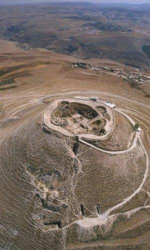 Vista aérea de Herodium, onde antes existia o palácio da fortaleza do rei Herodes, ao sul de Belém, em Israel. Em maio de 2007, uma antiga escadaria usada em procissões fúnebres reais levou um arqueólogo israelense a solucionar um mistério de 2.000 anos, a localização da tumba do rei Herodes, o Grande.  Fotografia: Yaacov Saar/ GPO/ Reuters.  http://noticias.uol.com.br/ciencia/album/2015/04/18/arqueologos-descobrem-grande-passagem-no-palacio-do-rei-herodes.htm?abrefoto=5#fotoNav=10