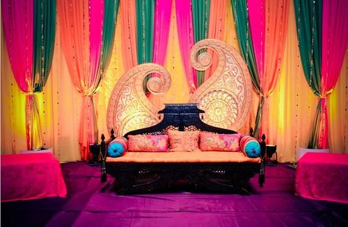 Such a pretty mehndi stage.