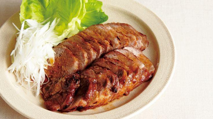 河野 雅子さんの豚肩ロース肉を使った「レンジ焼き豚」のレシピページです。電子レンジを上手に活用して、時間はたったの10分!しっかり味がしみ込んだ、失敗知らずの焼き豚です。 材料: 豚肩ロース肉、A、ねぎ、しょうが、ねぎ、サラダ菜、サラダ油