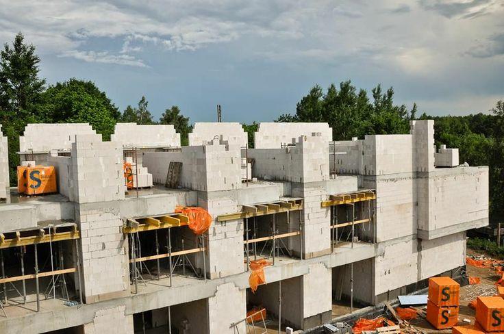Jedno z dwóch skrzydeł mieszkalnych. Każde z nich kończą apartamenty z nieograniczonym widokiem na Puszczę.