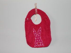 bavoir en éponge avec un appliqué lapin en coton rose à pois