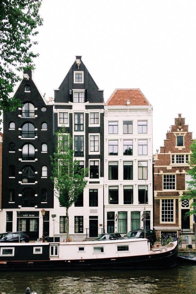 O Moulin Rouge é outro ponto de acesso no distrito da luz vermelha de Amsterdã …   – Vacation Netherlands