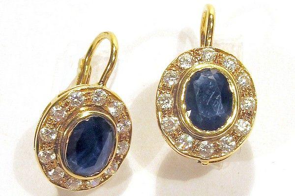 Orecchini d'epoca, manifattura artigianale, in oro giallo 750/1000 con incastonato 1 zaffiro blu circondato da 10 piccoli zaffiri bianchi, chiusura a monachella.