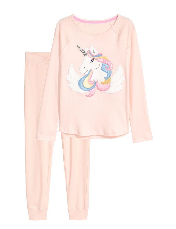 Sjekk ut dette! En pyjamas i myk trikot. Topp med motiv foran og lange raglanermer. Bukse med elastikk i midjen. - Besøk hm.com for å se mer.