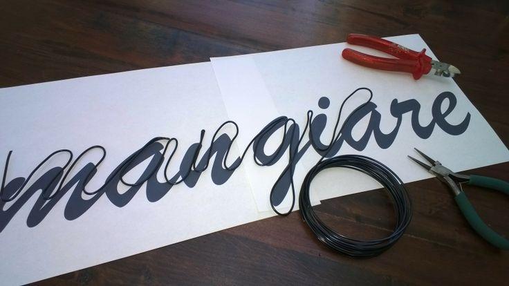 Op de laptop heb ik een tekst gemaakt in een mooi, vloeiend (aan elkaar) lettertype. Het dikke aluminium draad (hobbywinkel) buig je in de vorm van de letters (is gemakkelijk te buigen, voor de scherpere hoeken gebruikte ik een tangetje).