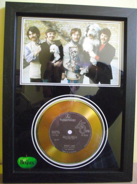De Beatles de foto en de gouden schijf effect presentatie voor hun nummer; 'Penny Lane'. Parlophone platenmaatschappij.  Fan de onofficiële gemaakt cd's en foto award voor The Beatles record; 'Penny Lane'. met het label Parlophone. Alles gemonteerd in een zwart frame lengte van Ca ' 320 x 240 mm x 17 mm (A-4). Compleet met acryl veiligheidsruiten. Kan worden opgehangen op uw muur of 'vrijstaande' op een plank of tafel enz. The Beatles fotopresentatie met een goud effect-CD die is groef te…