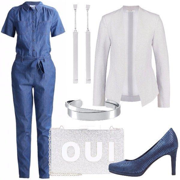 Per questo outfit: tuta in denim con cintura a vita, blazer grigio chiaro dal taglio minimal, décolleté blu, pochette argentata con brillantini, orecchini lunghi argento e bracciali rigidi argento.