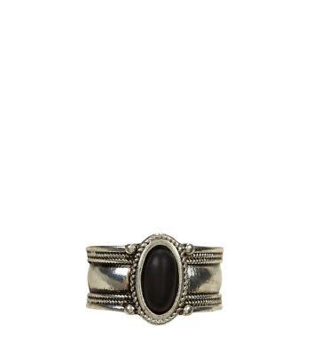 - Oval stone detail- High shine finish- Thumb design