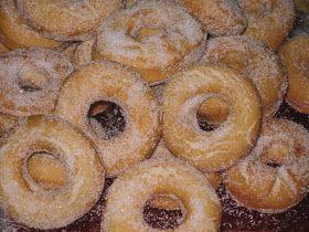 Estas rosquillas las hace mi madre desde que yo era pequeña. Mientras ella las iba friendo, yo las iba rebozando en azúcar, que mandome los...