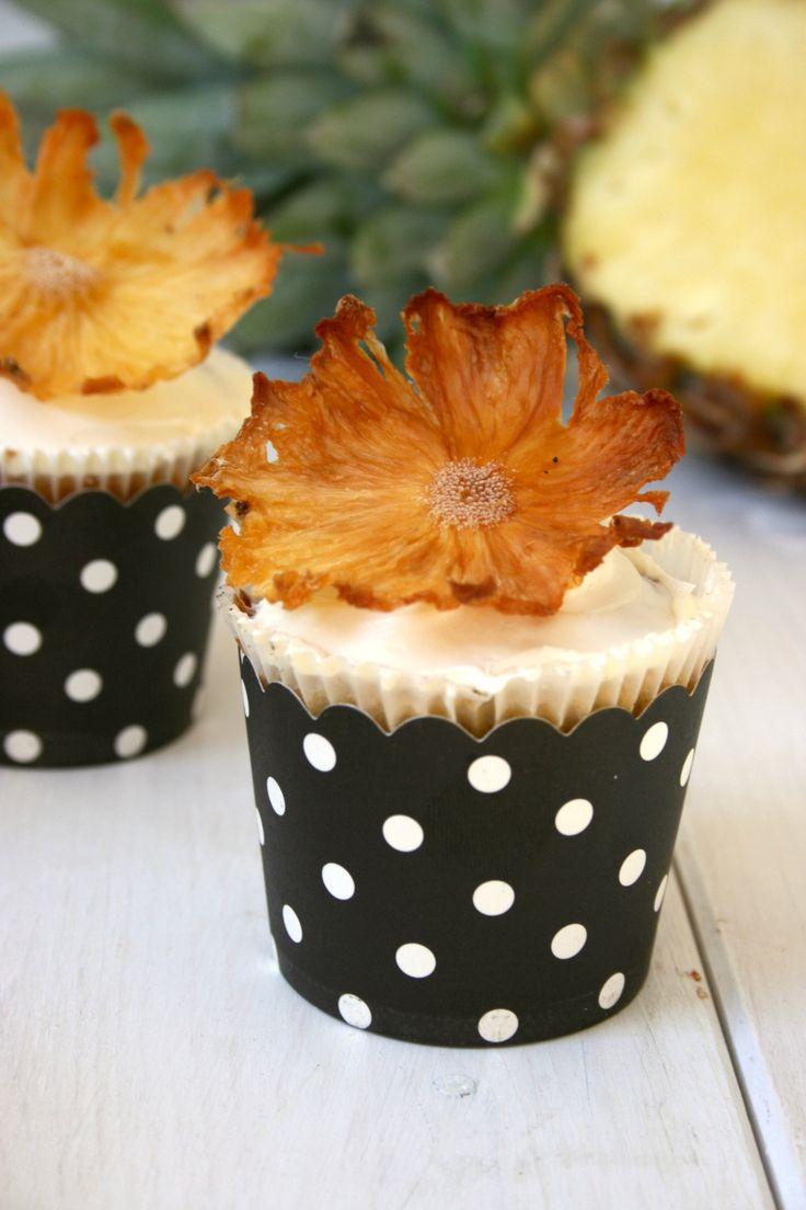 Ananas Cupcake mit getrockneten Ananas Blüten I Pineapple Cupcake with Pineapple Flowers
