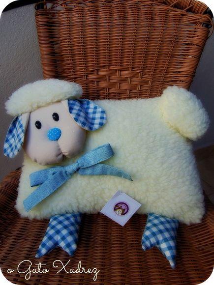Linda almofada em tecido carapinha, imitando lã de ovelha. R$ 49,99