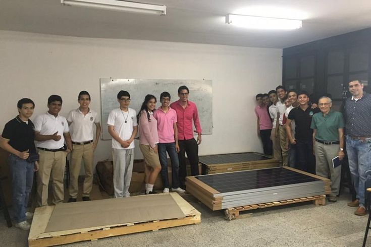 Con el propósito de enseñar a los estudiantes del Instituto Alexander Von Humboldt de Barranquilla el funcionamiento de los sistemas fotovoltaicos y despertar su interés por estudiar carreras profesionales en ingeniería eléctrica y electrónica, el Grupo Tecnoglass entregó 15 paneles solares para sean usados en un proyecto que desarrolla la institución educativa.
