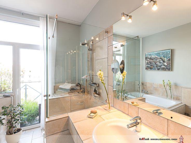 Eine große Spiegelfläche über dem Waschtisch und die transparente Duschkabine sind nützliche Elemente um das Badezimmer großzügig und offen zu gestalten.