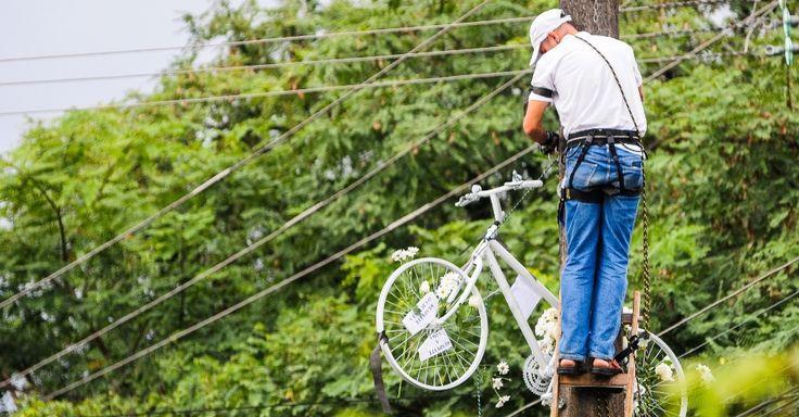 Cerca de 300 pessoas, dentre elas estudantes e ciclistas do Bike Anjo Floripa e Viaciclo, fizeram um protesto em uma rotatória ao lado da UFSC (Universidade Federal de Santa Catarina) contra a falta de condições para circulação de bicicletas em Florianópolis (SC). Eles pararam o trânsito e circularam em silêncio pela rotatória durante meia hora. Uma bicicleta fantasma foi pendurada em homenagem à estudante de oceanografia Lylyan Karlinski Gomes, 20, que morreu atropelada por um ônibus no…