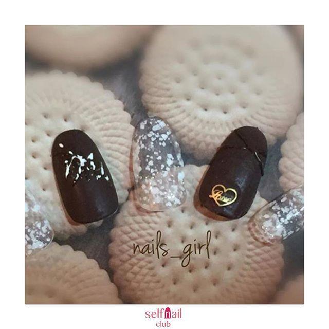 (@nails_girl_ishikawa)さんの、 「チョコレート🍫×スノーフレークネイル❄️」を紹介します💅🏻 . 〜やり方〜 ベースジェル塗布 カラージェル塗布 ハートのパーツを乗せる ブラウンにだけマットコート塗布→拭き取り チョコレートの様に盛り上がる感じランダムにのせる 一本だけチョコレート風にした所にホワイトものせる 細筆で盛り上がったチョコレートの部分にトップジェルを塗布 残りにもトップジェル塗布 . 〜使用したもの〜 ベースジェル、トップジェル、マットコートジェル、カラージェル ブラウン(vetro)スノーフレークジェル(ラピジェル)ハートパーツ . 〜ポイント〜 細筆でチョコレートを描く時は硬めのテクスチャで描きますが、1度ではなく2〜3回に分けてこまめに硬化しました。 . 《セルフネイル部編集部からのコメント💅🏻》 もう一か月ちょっとでバレンタイン🍫今から意識して可愛いデザインを探したいですよね😌とても可愛く参考になりますね💅🏻