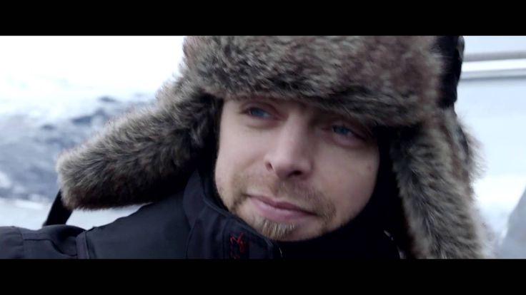 LA MUSICA PIU' ESTREMA TRA ARIA E TERRA di Tonino Giancola  Jägermeister cantante del pluripremiato gruppo heavy metal britannico con Matt Tuck ha realizzato in prima mondiale una produzione video concerto emozionante su aria, mare e terra.Il concerto pieno di andrenalina, ha segnato il quinto e più estremo capitolo della serie Ice Cold Gig di Jägermeister, che ha avuto luogo nella regione di Lyngsfjord, nei pressi di Tromsø, nella splendida cornice della Norvegia settentrionale