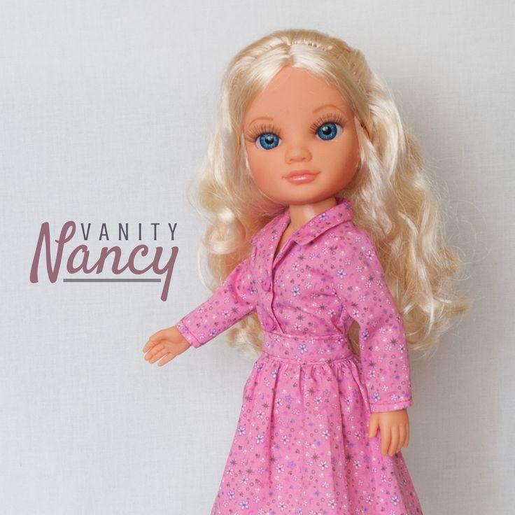 Nancy New de Famosa, muy formal con su camisa y su falda hechas con los patrones a escala real de Vanity Nancy.
