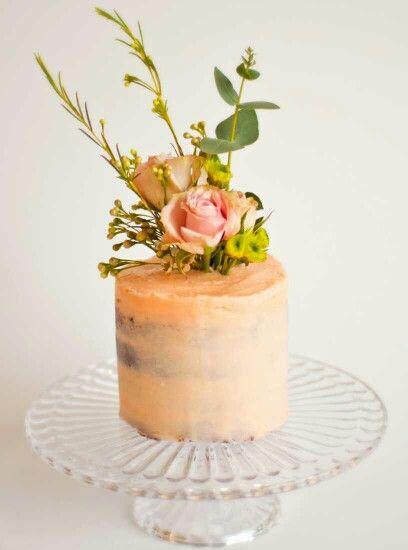Tarta desnuda decorada con flores naturales