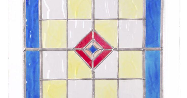 Como cortar vidro com lixa de unha. Quando você não tem um cortador de vidro, uma simples lixa de unha de metal funciona bem. Um cortador de vidro tradicional é feito de alumínio fundido. Eles tendem a quebrar quando você está no meio de um projeto. Usar uma lixa de unha de metal como um cortador de vidro improvisado pode ser necessário. É preciso alguns passos para riscar um sulco ...
