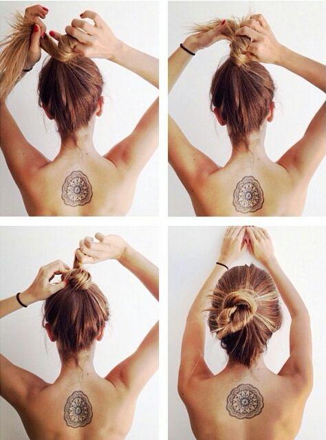 Pequeño tatuaje de un mandala en la espalda. Los mándalas  (o mandalas) son representaciones simbólicas espirituales y rituales del macrocosmos y el microcosmos, utilizadas en el budismo y el hinduismo.