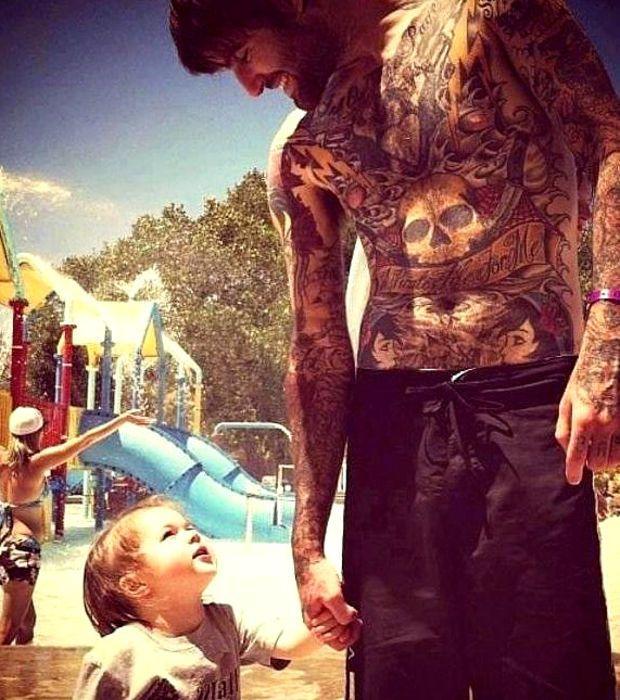 Etre tatoué n'empêche pas de jouer avec son fils...
