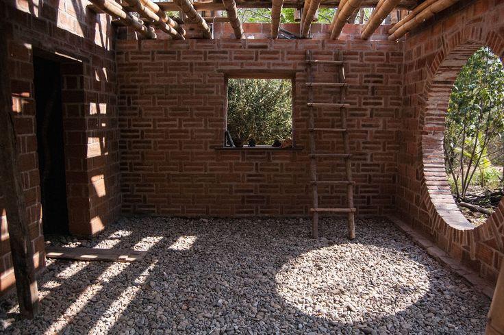 Yerelin Güncel Yorumu: Timur Ersen, Meksika'da yerel malzemelerin ve zanaat tekniklerinin kullanıldığı bir Permakültür Merkezi tasarladı ve inşa etti. El yapımı tuğla ve bambunun ana malzeme olarak kullanıldığı proje, Blue Award 2014 Uluslararası Sürdürülebilirlik Ödülü'nün de sahibi.