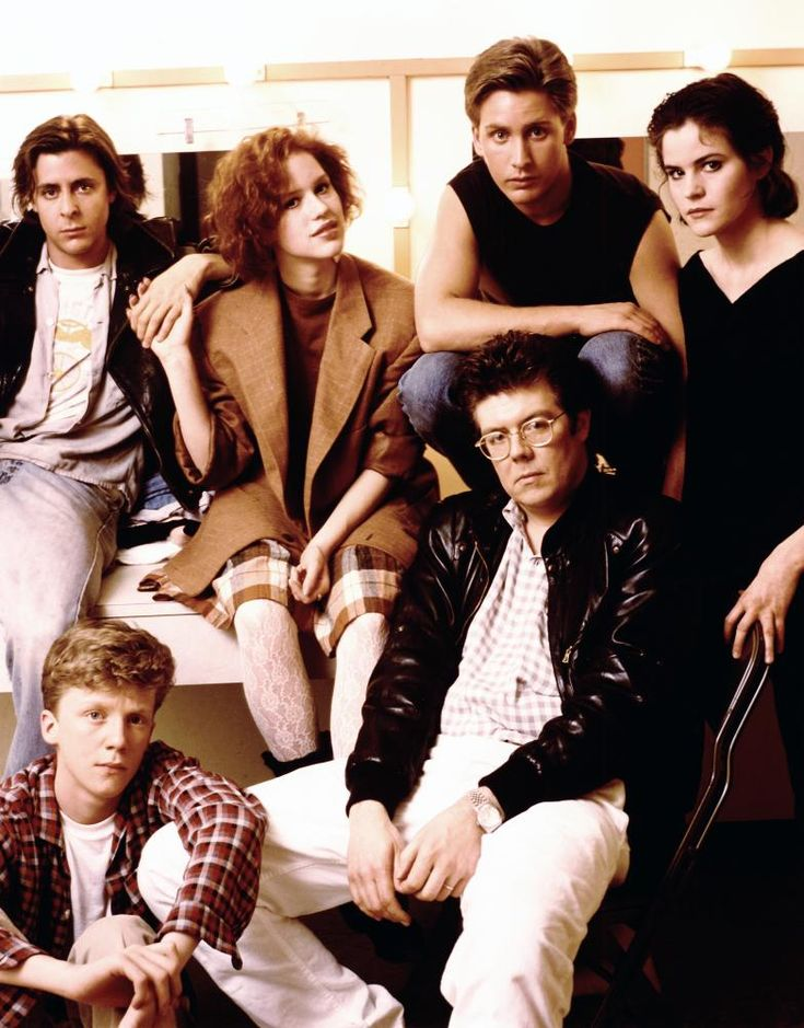 THE BREAKFAST CLUB, Judd Nelson, Anthony Michael Hall, Molly Ringwald, Emilio Estevez, director John Hughes, Ally Sheedy on the set, 1985.