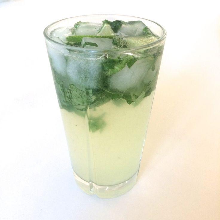 Sukkerfri sodavand med lime og mynte