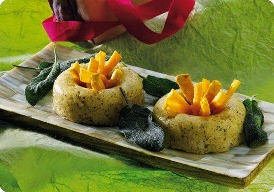 Medaglioni di carne di cervo con foie gras d'anatra su un tortino di miele e salsa fredda ai mirtilli selvatici.
