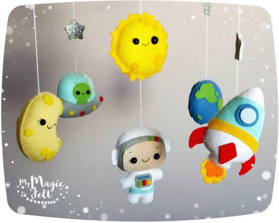 Espacio móvil bebé muchacho móvil planetas espacio vivero móvil astronauta cuna móvil bebé niño vivero cohete bebé móvil de aventura  ✂ HACE tiempo es de 8 semanas ✈ expedición es 2-4 semanas dependiendo de su ubicación  Incluye: -Astronauta -Pronto -Luna -cohete -UFO -estrellitas brillantes  • • • • ● ● ● COMPLEMENTOS PARA BEBÉ MÓVIL ● ● ● • • • •  BRAZO de sujeción para bebé móvil - https://www.etsy.com/listing/289714093  CAJA DE MÚSICA: ● 1 melody Music Box - https:&#x2...