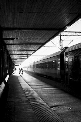 Claes Eklund - Uppsala station på morgonen. Black and white photograph of a trainstation in Uppsala. Available as poster and laminated picture at Printler, the marketplace for photo art.